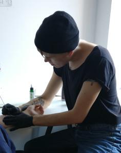 Camille Auer musticamille (a) gmail.com, graafinen suunnittelu, installaatiot, performanssi- ja videotaide, tatuoinnit